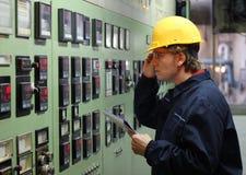 Operaio in una sala di controllo Fotografie Stock Libere da Diritti