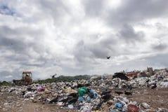 Operação de descarga municipal para o desperdício do agregado familiar Fotografia de Stock Royalty Free