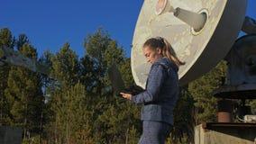 Operatör för kvinnastudent av institutet av sol- jordisk utrustning för fysikbildskärmkommunikation i anteckningsbok unikt arkivfilmer
