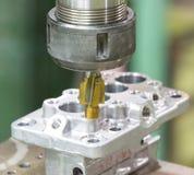 Operatör som bearbetar med maskin automatiska delar, genom att bearbeta med maskin mitten Arkivbild