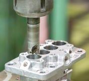Operatör som bearbetar med maskin automatiska delar, genom att bearbeta med maskin mitten Royaltyfria Foton
