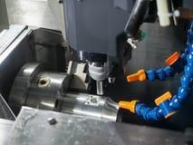 Operatör som bearbetar med maskin precisiondelen vid CNC som bearbetar med maskin axel för mitt 5 Royaltyfri Bild
