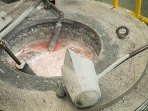 Operatör som in häller aluminum smält till hög precision som gjuter mo royaltyfria bilder