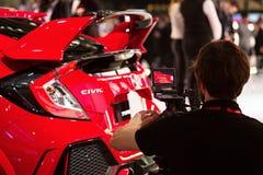 Operatör som skjuter Honda Civic i Genèveinternationalen Motorshow Royaltyfri Bild