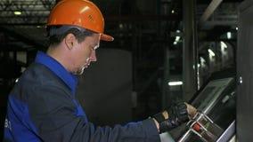 Operatören övervakar kontrollbordet av produktionslinjen Tillverkning av den plast- fabriken för vattenrör Process av danande fotografering för bildbyråer