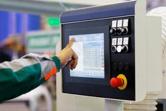 Operatören förbereder utrustning med CNC för ny uppgift arkivfoto