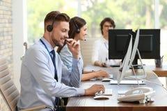 Operatörer för teknisk service med hörlurar med mikrofon royaltyfria bilder