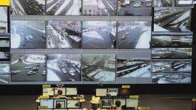 Operatörsarbete i mitt för vägtrafikkontroll arkivfilmer