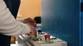 Operatörsstyrningen maskinen i printinghuset stock video