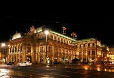 Operateatern i Wien på natten Royaltyfri Foto