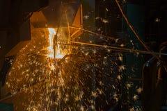 Operater che spilla metallo fuso Fotografia Stock