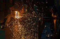 Operater die gesmolten metaal onttrekken Stock Foto