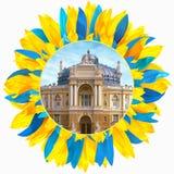 Operatheater in Odessa met bloemblaadjes in kleuren van Ukrainia wordt ontworpen die Stock Fotografie