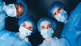 Operationbegrepp Doktorer som ser patienten, pov arkivbild