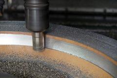 Operationen av klipp för bearbeta med maskin mitt för CNC delarna för gjuta form arkivbild
