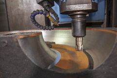 Operationen av klipp för bearbeta med maskin mitt för CNC delarna för gjuta form royaltyfria foton