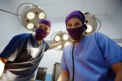 Operationsraum mit medizinischem Personal während der Chirurgie Lizenzfreie Stockfotografie