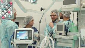 Operationsteam, das am Chirurgieraum spricht stockfotografie