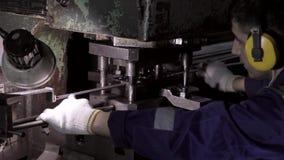 Operator arbeitet in einer Fabrik und stempelt Metallprodukte stock footage