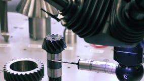 Operator inspekci wymiaru metalu części po machining procesu w przemysłowej fabryce CMM zbiory