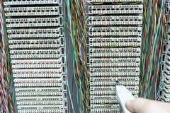 Operator instaluje telefonicznego switchboard Obrazy Royalty Free