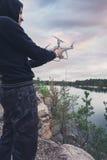 Operatora mienia quadrocopter w jego rękach przed start Bezpilotowy powietrzny copter Zdjęcia Stock