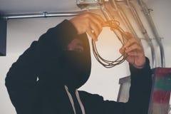 Operatora mistrz naprawia sieć komputeru serwerów lub zamkniętego systemu zdjęcia royalty free