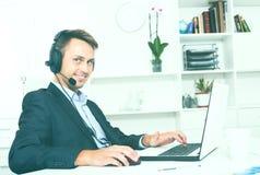 Operatora odpowiadanie przy centrum telefonicznym zdjęcia stock