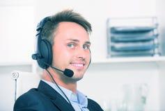 Operatora odpowiadanie przy centrum telefonicznym obraz stock