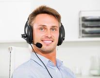 Operatora odpowiadanie przy centrum telefonicznym zdjęcia royalty free