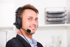 Operatora odpowiadanie przy centrum telefonicznym fotografia stock