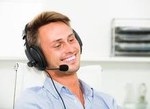 Operatora odpowiadanie przy centrum telefonicznym zdjęcie royalty free