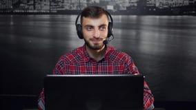 Operatore amichevole della call center stock footage