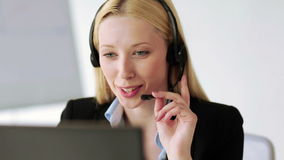 Operatore attraente dell'help-line in ufficio archivi video