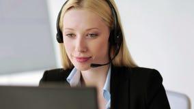 Operatore attraente dell'help-line in ufficio video d archivio