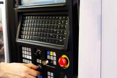 Operatore che lavora con la macchina del tornio di CNC immagini stock libere da diritti