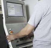Operatore che lavora la macchina di CNC Fotografia Stock Libera da Diritti