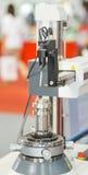 Operatore che misura la parte di giro di CNC dal tester di rotondità Immagine Stock Libera da Diritti