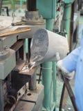 Operatore che versa alluminio fuso Fotografie Stock