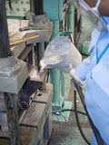 Operatore che versa alluminio fuso Fotografia Stock Libera da Diritti