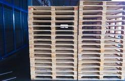 Operatore del carrello elevatore che tratta i pallet di legno in carico del magazzino per trasporto alla fabbrica del cliente fotografia stock