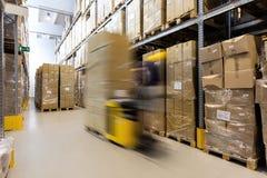 Operatore del carrello elevatore con i prodotti Immagine Stock