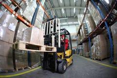 operatore del carrello elevatore sul lavoro in magazzino Fotografie Stock