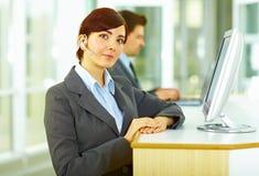 Operatore del servizio clienti in ufficio Fotografie Stock Libere da Diritti