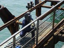 Operatore della saldatura vicino al mare Fotografia Stock