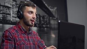 Operatore di call center amichevole nel lavoro stock footage