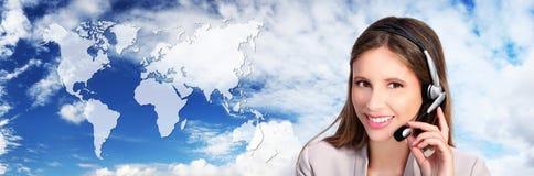Operatore di call center con la mappa, contatto internazionale concentrato Fotografia Stock