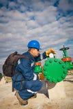 Operatore di sistema nella produzione del gas e del petrolio Fotografie Stock