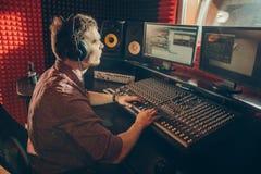 Operatore di talento professionista del tecnico del suono fotografie stock libere da diritti