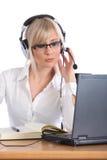 Operatore femminile attraente con funzionamento della cuffia avricolare Immagine Stock Libera da Diritti